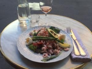 Räksallad med grillad sparris och pocherade ägg - och ett ljust, ljust glad rosé. LÄGG AV!