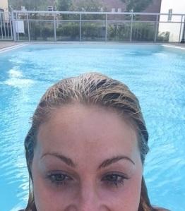 Igår i poolen. Urskönt, det är ca 25 grader i vattnet.