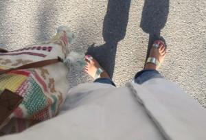 Oversizad skjorta, jeans och sandaler och så Roxi i vänsterkant, fast inte så fördelaktig bild som sagt.