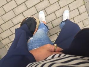 Så himla snygg blandning av Marstrand och stan tycker jag. Trasiga, korta jeans, Chipies och stråväska. Plus min URSNYGGA blå tunna kappa från Stylein, är så löjligt nöjd med den alltså.