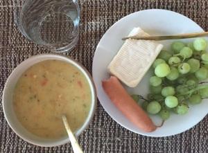 Först var det bara  ost, rå korv och vindruvor men det kändes tyo olagligt så jag adderade lite soppa också.