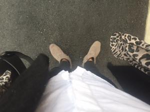 Trasiga jeans, yllekofta, skinnjacka och grå Minnetonkas som verkligen håller på att bli favoriter.