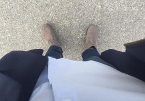 Grå Minnetonkas, blå kappa, jeans och skjorta. Supafresh!