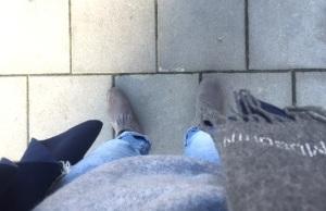 Men ganska kallt, så jag tog halsduk. Vackert blågrå outfit!