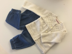 Små, små jeans och liten kofta.