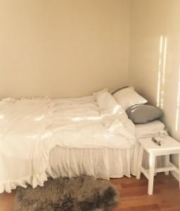Sängen i hörnet! Inte så snyggt bäddad, men ändå.
